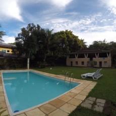 Vista da piscina e todo espaço existente