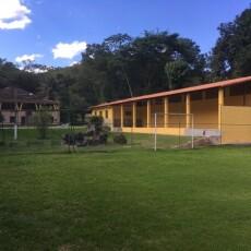 Vista do campo de futebol, salão social, salão de jogos, piscina, área externa e a casa