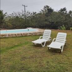 piscina com cadeiras